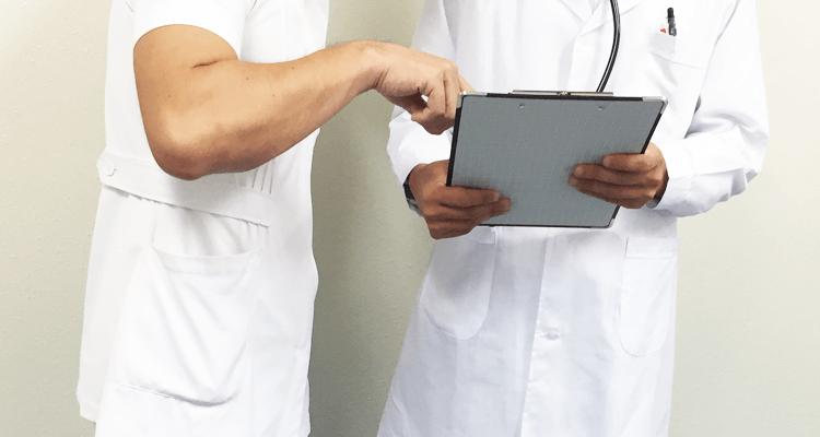 情報共有する医師