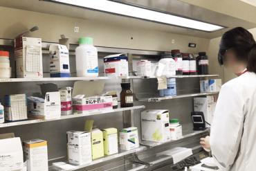 薬剤師として働く女性